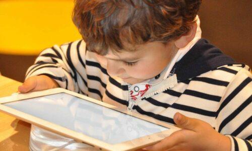 Jak chronić dziecko w sieci – 10 rad dla rodziców